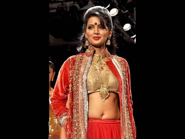 Bollywood-actress-Geeta-Basra-dons-a-completely-earthy-and-traditional-look-as-she-displays-Sangam-Chain-s-jewellery-collection-at-the-show-AFP