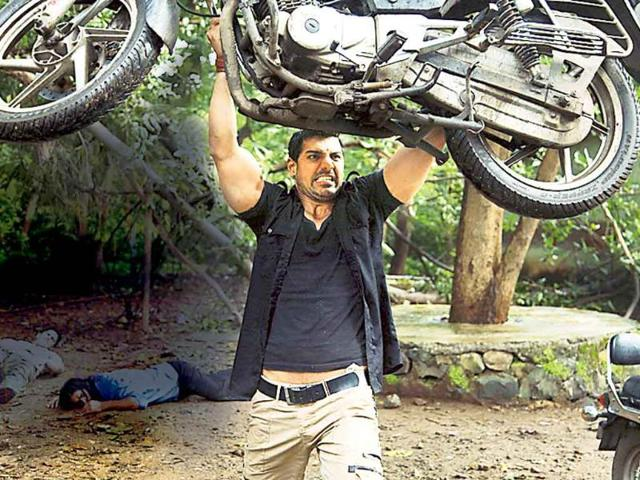 John-Abraham-lifts-a-150-kg-bike