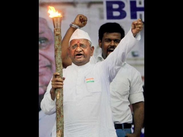Anna-Hazare-holds-a-flame-and-shouts-slogans-as-he-leads-a-rally-against-corruption-in-Mumbai
