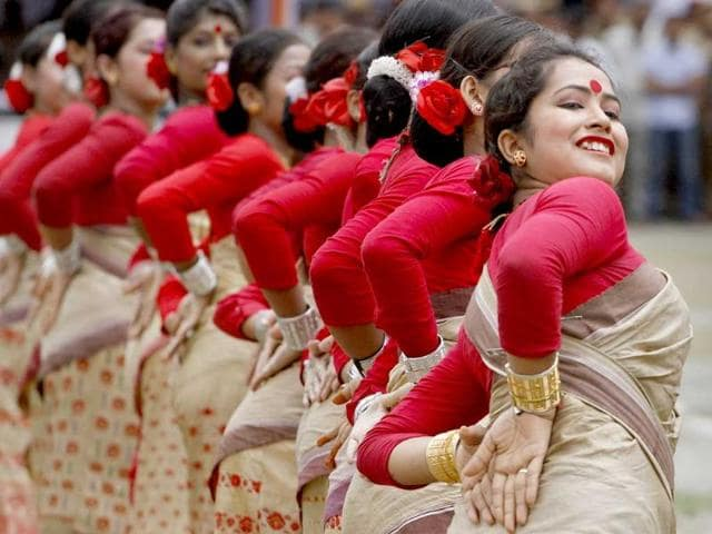 Assamese-girls-perform-Bihu-a-traditional-folk-dance-of-Assam-during-India-s-Independence-Day-celebrations-in-Gauhati
