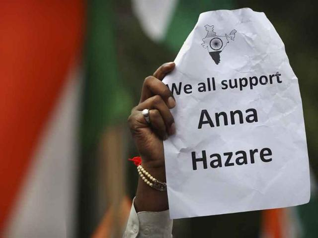 A-supporter-of-anti-corruption-activist-Anna-Hazare-holds-a-placard-in-New-Delhi