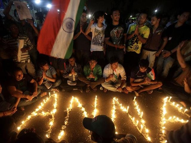 Supporters-of-anti-corruption-activist-Anna-Hazare-gather-around-lighted-candles-outside-the-Tihar-jail-in-New-Delhi