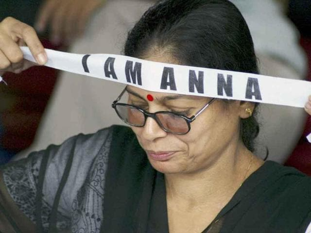 An-activist-ties-a-headband-in-support-of-anti-corruption-activist-Anna-Hazare-during-a-rally-in-Bhubaneshwar