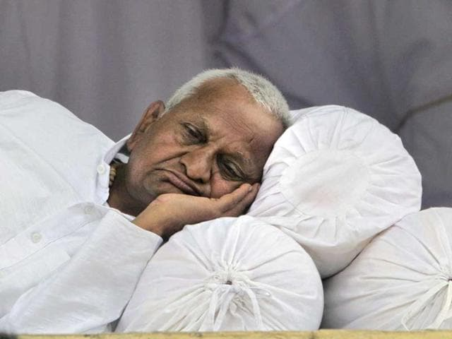 Anti-corruption-crusader-Anna-Hazare-takes-rest-on-the-stage-during-his-hunger-strike-in-New-Delhi-India-Hazare-began-a-public-hunger-strike-and-mass-protest-to-push-for-government-to-adopt-his-version-of-a-bill-setting-up-an-anti-graft-watchdog