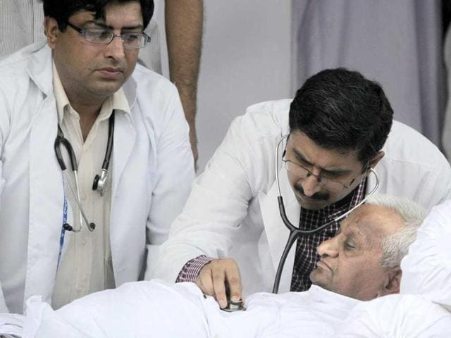 A-team-of-doctors-check-the-health-of-Anna-Hazare-on-the-stage-during-his-hunger-strike-in-New-Delhi-Hazare-began-a-public-hunger-strike-and-mass-protest-to-push-for-government-to-adopt-his-version-of-a-bill-setting-up-an-anti-graft-watchdog
