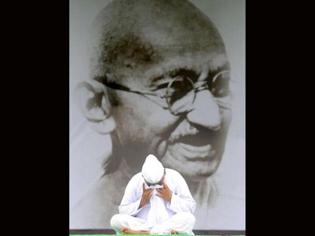 Social-activist-Anna-Hazare-gestures-at-Ram-Lila-Grounds-in-New-Delhi-Hazare-has-left-jail-to-start-a-two-week-public-fast-likely-to-fuel-an-eruption-of-angry-protests-over-corruption-that-has-left-the-government-stumbling-for-a-response