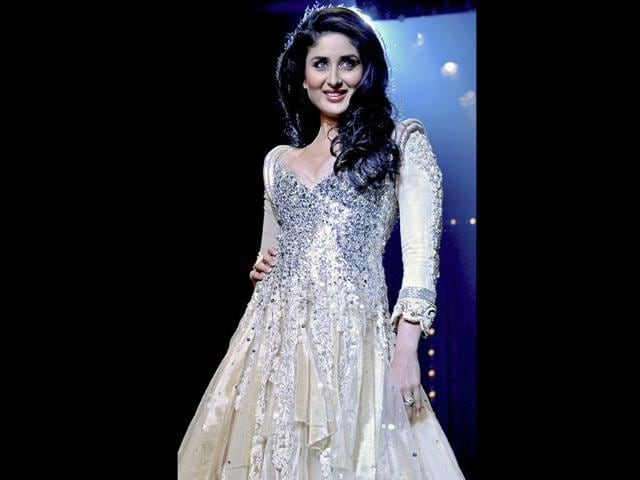 Kareena-lights-up-the-ramp-in-a-flowing-off-white-dress-with-silver-detailing