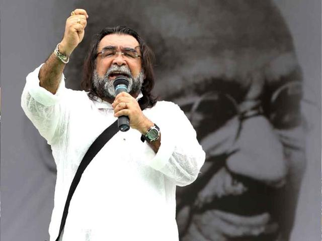 Ad-film-director-Prahlad-Kakkar-in-support-of-social-activist-Anna-Hazare-during-the-ninth-day-of-his-fast-against-corruption-at-Ramlila-Ground-in-New-Delhi