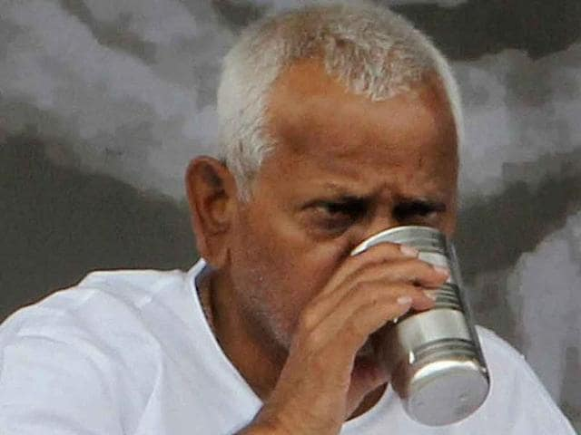 Anti-corruption-activist-Anna-Hazare-breaks-his-fast-on-the-13th-day-of-his-hunger-strike-at-the-Ram-Lila-grounds-in-New-Delhi