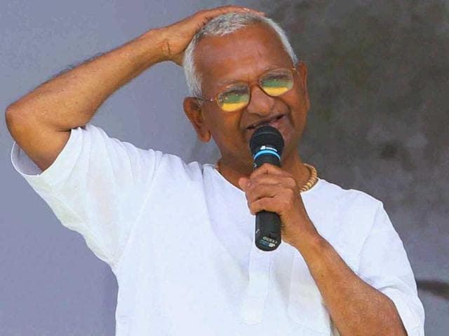 Anna-Hazare-addressing-supporters-during-the-10th-day-of-his-fast-against-corruption-at-Ramlila-Ground-in-New-Delhi