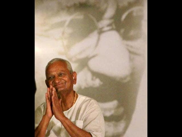 Social-activist-Anna-Hazare-greets-his-supporters-at-Ramlila-ground-in-New-Delhi