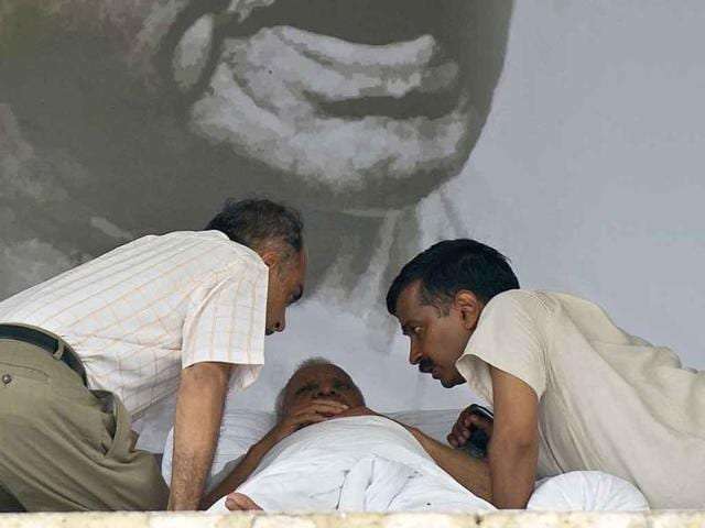 Kejriwal 'patches up' with Hazare at late night meet