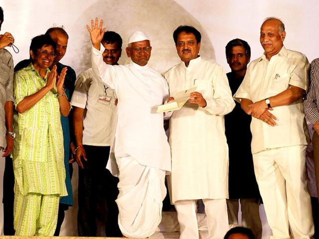 Union-minister-Vilasrao-Deshmukh-and-Anna-Hazare-s-team-at-Ramlila-Maidian-in-New-Delhi
