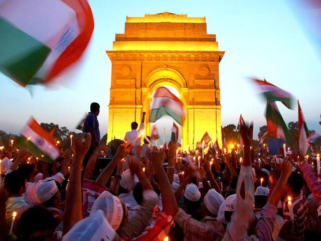 Supporters-of-Anna-Hazare-celebrating-at-India-Gate-as-the-government-agrees-upon-Lokpal-Bill-in-New-Delhi