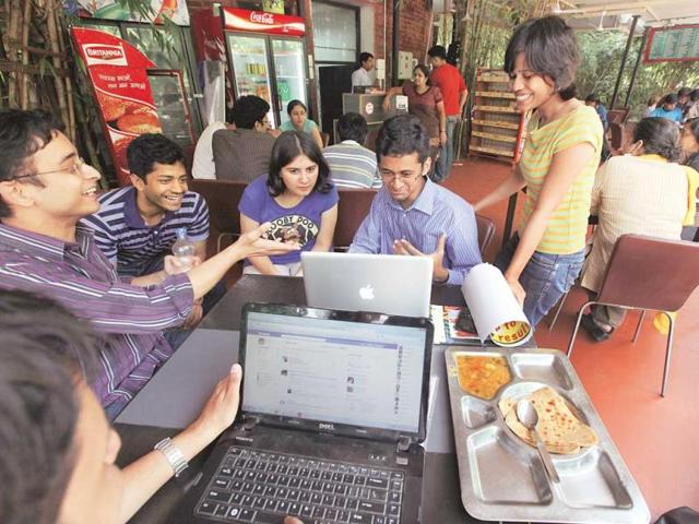 Students-having-fun-at-the-canteen-of--Indian-Institute-Of-Management-Ahmedabad