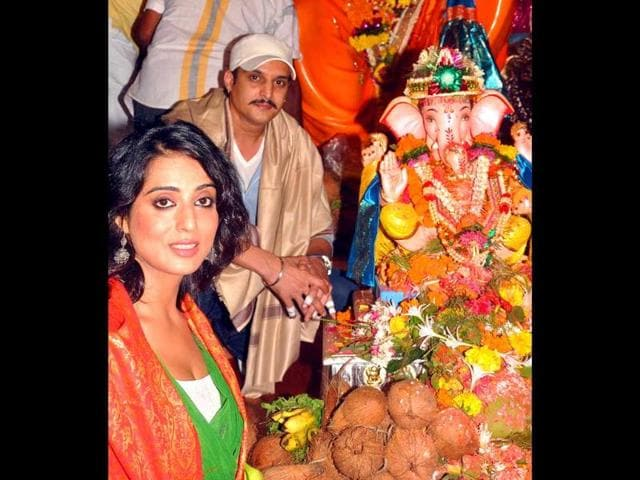 Bollywood-actors-Mahie-Gill--and-Jimmy-Shergill-pose-with-an-idol-of-the-Lord-Ganesha-on-the-occasion-of-the-Ganesh-Chaturthi-AFP
