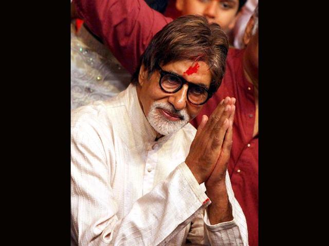 Bollywood-actor-Amitabh-Bachchan-prays-during-the-Ganesh-Chaturthi-at-Lalbaugcha-Raja-in-Mumbai