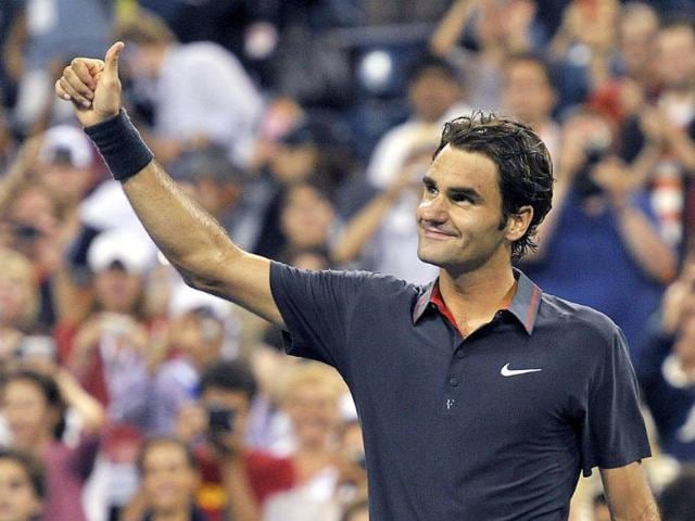 Roger-Federer-of-Switzerland-thanks-the-crowd-after-defeating-Juan-Monaco-of-Argentina-following-their-match-at-the-US-Open-tennis-tournament-in-New-York