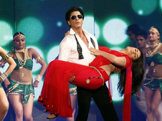 SRK-lifts-Kareena-just-like-he-did-in-RA-One-s-official-poster