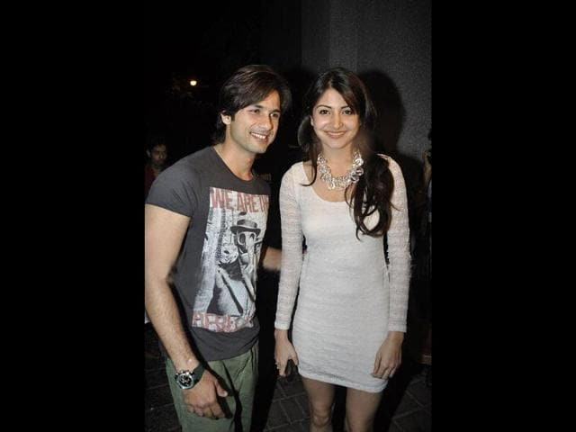 Shahid-Anushka-pose-together