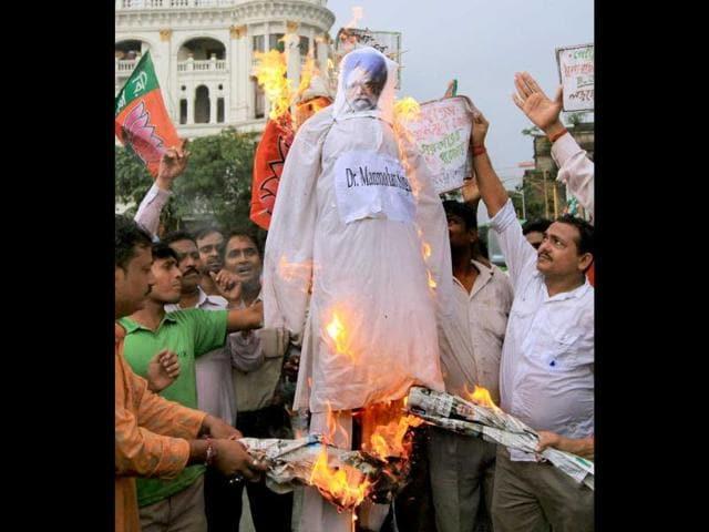 BJP-activists-burn-an-effigy-of-Prime-Minister-Manmohan-Singh-during-their-agitation-against-petrol-price-hike-in-Kolkata