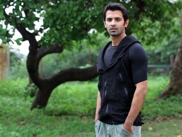 Iss-Pyaar-Ko-Kya-Naam-Doon-hero-Barun-Sobti-poses-for-the-camera