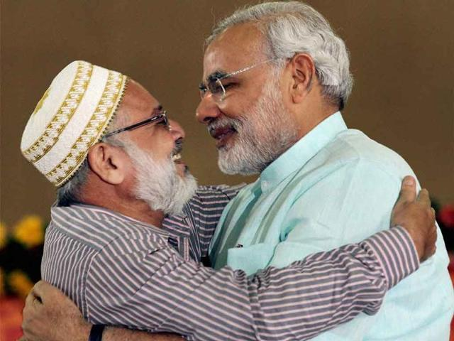 Gujarat-s-chief-minister-Narendra-Modi-greeted-by-a-muslim-leader-during-the-second-day-of-his-fast-in-Ahmedabad