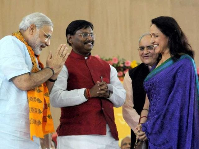 Gujarat-chief-minister-Narendra-Modi-with-Jharkhand-CM-Arjun-Munda-and-actress-Hema-Malini-during-the-third-day-of-his-fast-in-Ahmedabad