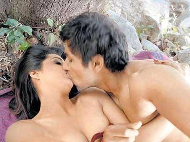 Randeep-Mahie-kiss-in-Sahib-Biwi-Aur-Gangster