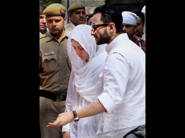 Kareena-Kapoor-and-Saif-Ali-Khan-are-seen-during-the-funeral-procession-of-Mansoor-Ali-Khan-Pataudi-in-New-Delhi
