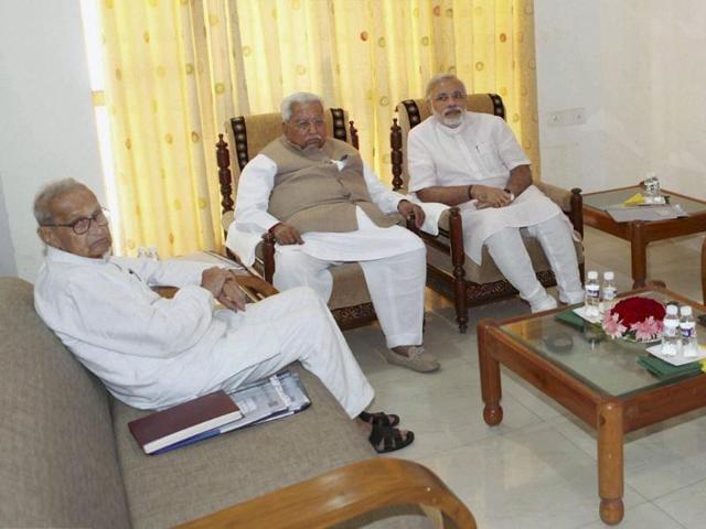 Gujarat-chief-minister-Narendra-Modi-and-senior-party-leader-Keshubhai-Patel-attend-a-meeting-of-Somnath-Trust-in-Gandhinagar