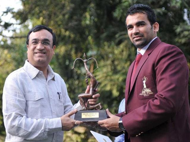 Cricketer-Zaheer-Khan-R-receives-the-Arjun-Award-2011-from-sports-minister-Ajay-Maken-at-his-residence-in-New-Delhi