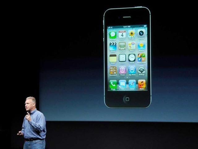 Philip-Schiller-Apple-s-senior-vice-president-of-Worldwide-Product-Marketing-speaks-about-new-features-on-the-iPhone-4S-at-Apple-headquarters-in-Cupertino-California