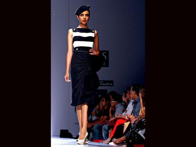 A-model-walks-the-ramp-for-Gauri-amp-Nainika
