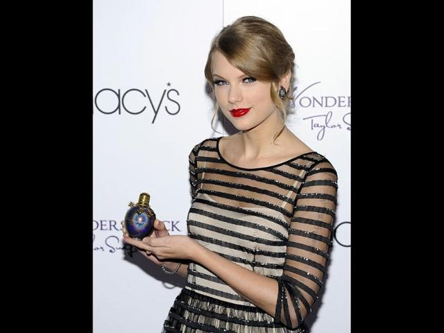 Singer-Taylor-Swift-accepts-the-award-for-Artist-of-the-Year-onstage-during-the-2013-Billboard-Music-Awards-at-the-MGM-Grand-Garden-Arena-in-Las-Vegas-Nevada-AFP