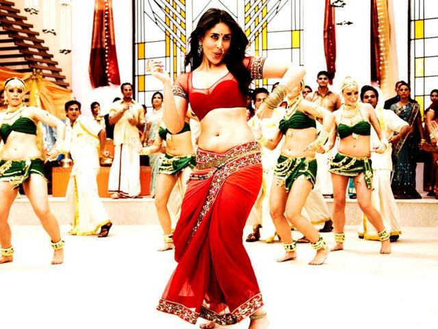 Kareena-Kapoor-looked-a-true-Chammak-Challo-in-a-completely-new-and-stylised-version-of-the-nine-yard-garment