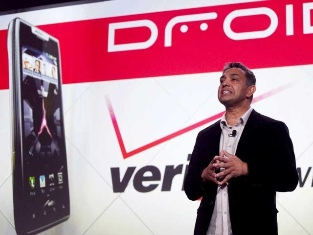 Sanjay-Jha-CEO-of-Motorola-Mobility-introduces-the-Droid-Razr-in-New-York