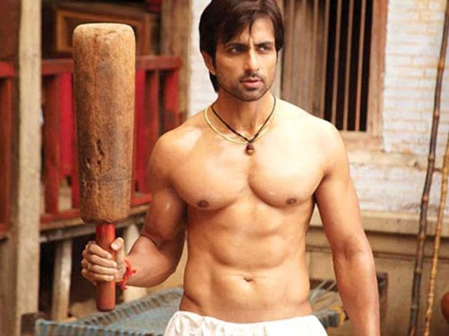 Sonu-Sood-in-a-still-from-Dabangg
