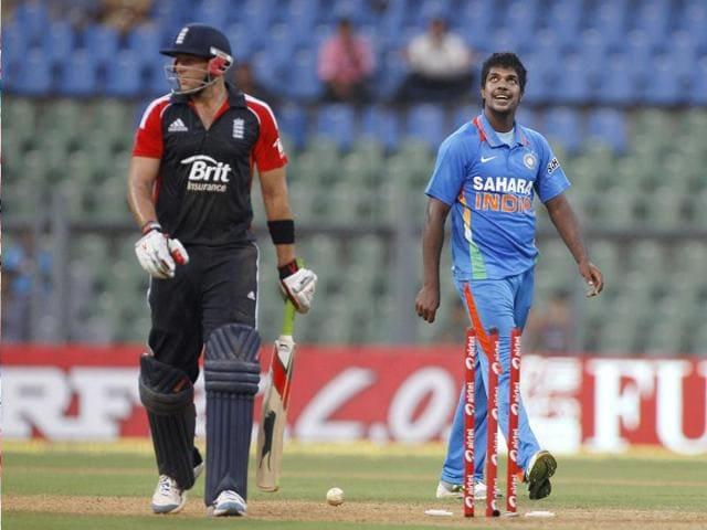 Varun Aaron,MS Dhoni,engvsind2011