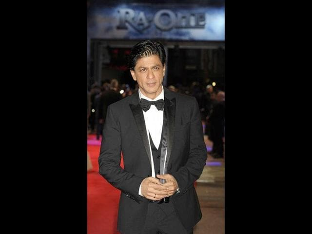 King-Khan-waves-to-his-fans-at-the-F1-after-party