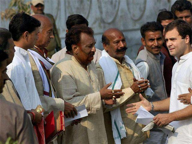 Congress-general-secretary-Rahul-Gandhi-meeting-party-workers-at-a-hotel-in-Mirzapur-on-Wednesday