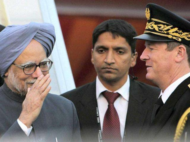 Prime-Minister-Manmohan-Singh-is-seen-at-Nice-Cote-D-Azur-International-airport-Cannes-PTI-Vijay-Verma