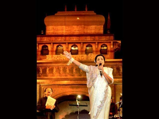Playback-singer-Asha-Bhosle-performs-during-celebration-of-56th-foundation-day-of-Madhya-Pradesh-in-Bhopal