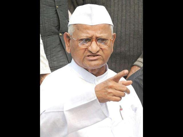 Social-activist-Anna-Hazare-right-addresses-the-media-as-he-sits-with-Team-Anna-members-during-a-press-conference-in-New-Delhi