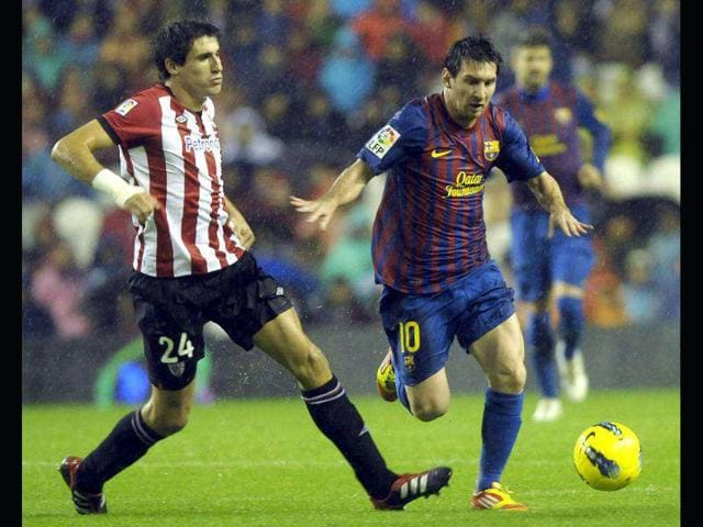 Barcelona-s-Lionel-Messi-R-and-Athletic-Bilbao-s-Javi-Martinez-fight-for-the-ball-during-their-Spanish-first-division-soccer-match-at-San-Mames-stadium-in-Bilbao-Photo-Reuters
