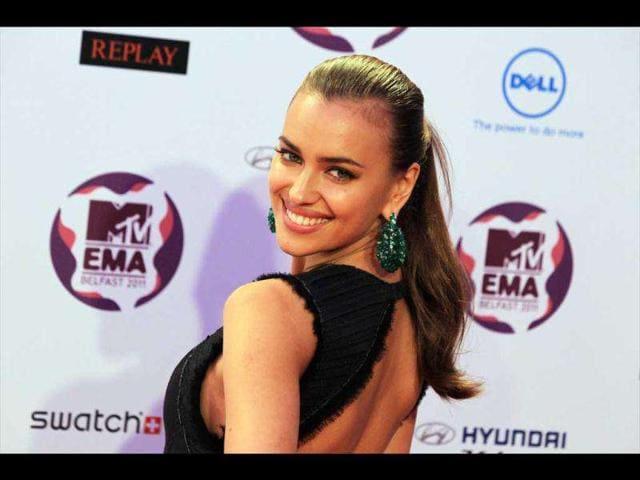 Russian-model-Irina-Shayk-flashes-a-million-dollar-smile-at-the-paparazzi