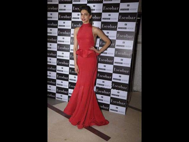 Deepika-looks-no-less-than-a-supermodel-as-she-stands-pretty