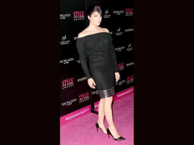 Actor-Selma-Blair-went-for-a-flattering-off-shoulder-dress-at-the-2011-Hollywood-Style-Awards