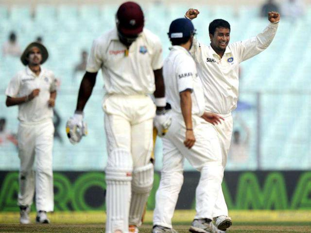 Pragyan-Ojha-celebrates-with-teammates-after-taking-the-wicket-of-West-Indies-cricketer-Kirk-Edwards-2nd-L-during-the-third-day-of-the-second-Test-match-between-Indian-and-West-Indies-at-the-Eden-Gardens-in-Kolkata-India-is-leading-the-3-match-Test-series-by-1-0-----AFP-PHOTO-Dibyangshu-Sarkar