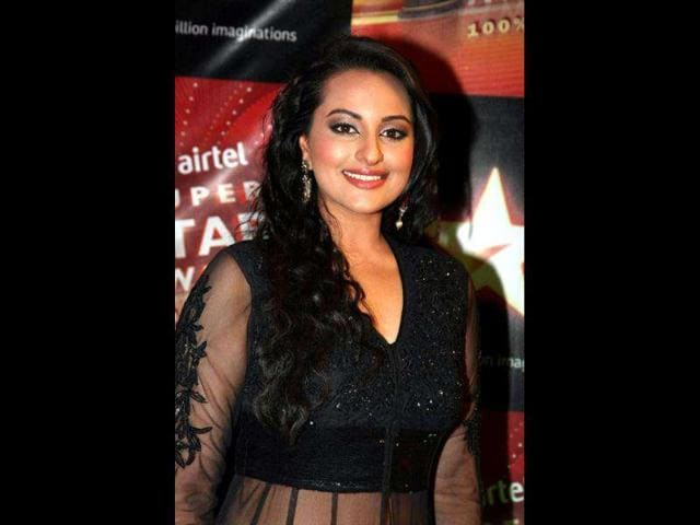 Sonakshi-Sinha-flaunts-her-red-and-black-outfit-during-Joker-promotion